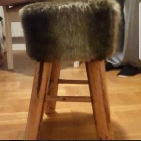Skammel med pels - 42 cm høj