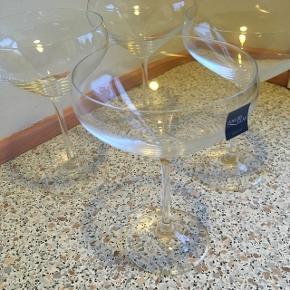 Lyngby champagne skåle/cocktail glas, brugt enkelt gang. :-) Prisen er for alle 4 stk  Perfekte til nytårsaften
