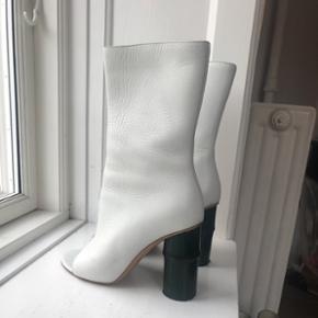 Bamboo støvler i hvid læder fra Acne  Nypris 5000kr   Normal str 38