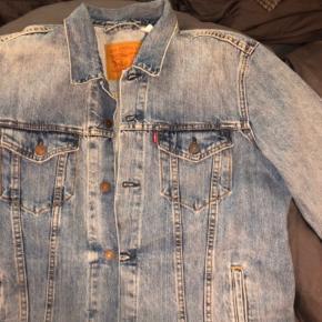 Levis jakke størrelse L, men passer også en S og M afhængig af hvor oversize man vil have den sidder.