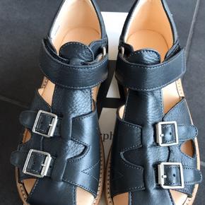 Meget flotte klassiske sandaler i en mørke elefantgrå  De passer til en normal til bred fod og har 2 velcrolukning - de er nemme at tage på.  De kommer den orginale kasse.  STR: 32 og måler 20,8 cm   Det er fast pris og vi tillader os ikke at svare på bud/bytte.   Normalpris: 900,-  MP 480,- plus fragt