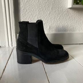 """Støvler med hæl fra Cashott i sort. Brugt få gange, men sælges som """"god, men brugt"""", da de har brugsspor under bunden."""