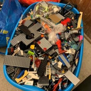 En masse LEGO sælges samlet. Kan hentes i Ballerup.