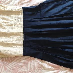 Fin fest-/sommerkjole fra Monsoon. Kunne godt bruge en tur på renseriet, men er ellers i fin stand! Fantastisk broderet top og let silkeskørt. Størrelse 40/12. Ikke elastisk.