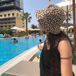 Sød leopard bøllehat fra h&m. Sælges da jeg har for mange bøllehatte.  Se endelig mine andre annoncer🥰