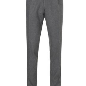 Mads Nørgaard bukser i Str. 54. Modellen hedder 40804 Patongo og farven er Charcoal Melange. Bukserne spritnye og i butikkerne nu, men udsolgt langt de fleste steder.