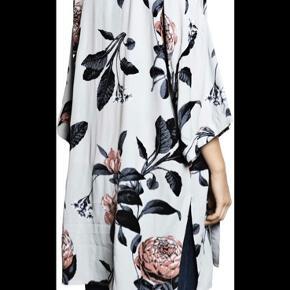 Virkelig fin kimono. Er brugt ganske lidt i en graviditet. Fremstår ny. Passes også af en s-m.