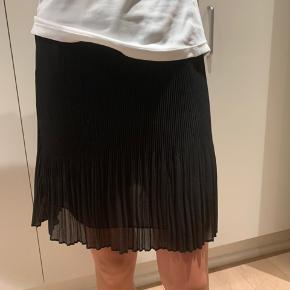Fed sort nederdel fra Continental str S, god stand.