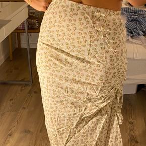 Super sød nederdel med blomster🌸🌼🌸🌼