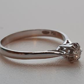 Ekstrem velholdt prinsessering i 18 karat hvidguld sælges. Prydet med en brillant slebet diamant på ca. 0,10 carat i høj kvalitet. Farve: Top Wesselton. Klarhed: VS. Stemplet 750. Ringstr. 52. Der er ikke certifikat på ringen.  ** Ring med diamant - Brudeudstyr smykker - Diamantring **