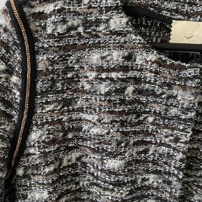 Smuk boucle jakke fra heartmade  Brugt ca 3 gange . Fremstår smuk og eksklusiv  Str 38