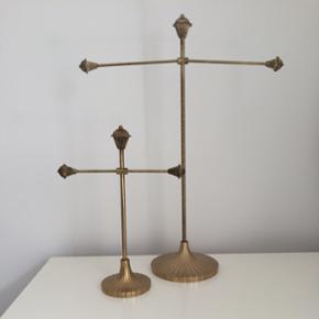 Smykketræer fra Lisbeth Dahl. I flot stand og som nye.  Prisen er for begge  Det mindste måler: H: 26cm  B: 18 cm  Det største måler: H: 42 cm B: 31 cm  Byd gerne ☺️💍👛