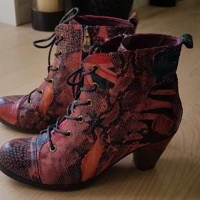 Super smarte støvletter fra den franske mærke Laura Vita. Skoene har 6 cm hæl, snørebånd, bløde og behagelige at have på. Mærket størrelse 38, men passer op til 39.