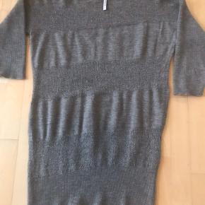 Aiayu/Aymara sweater/tunika sælges.  Brystvidde: 55 cm. Længde 86 cm.  Der er et lille hul, som er repareret på det ene ærme - se billede. Derfor den lave pris. Ellers en meget fin tunika i lækker kvalitet.