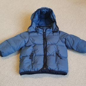 Skøn dun vinterjakke str 12 mån, passes af str 80/86 Brugt af et barn i flot stand. Uden huller , pletter.  Fra røgfrit hjem Fast pris