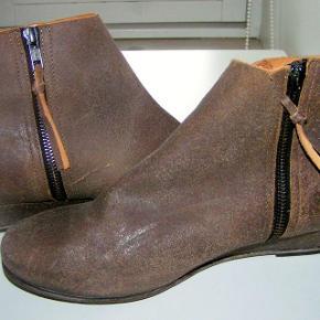 """#30dayssellout Beskrivelse Disse støvler fra Humanoid """"er født rå"""" - blev købt af min datter til en fest, men har kun været på 1-2 gange - (de skal altså se slidte ud) nypris 2000 kr - sælges nu for 300 kr (har kostet 2000 kr)"""