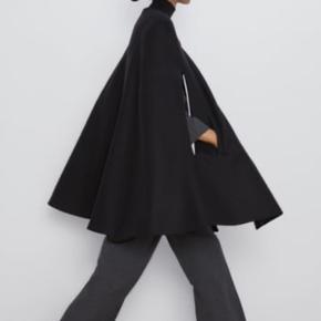 ZARA kappe i sort Så smuk er den  Nypris 800 kr  Aldrig brugt!  Fleksibel i str Str m men flere kan passe den