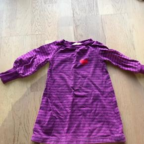 Kjole fra Albababy str. 89-86 Brugt som ekstra i dagpleje, så jeg synes den er i pæn stand Har mest bare ligget i en skuffe. Hentes 6710