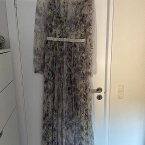Smuk, lang kjole fra Needle&Thread. Kun brugt en enkelt gang.