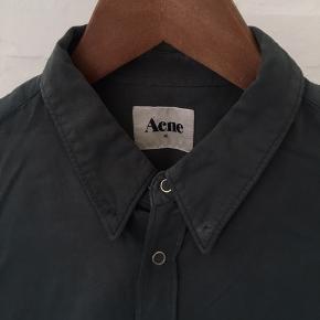 Cool skjorte fra Acne Studios i army-grøn i str. 48. Super god stand. Pris: 300 kr. eller andet godt bud!   (Søgeord: grøn, mørkegrøn)