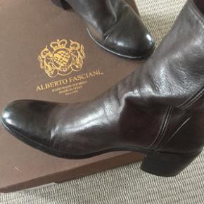 Mørke brune Alberto støvle med en lille hæl. Super smukke   Byd