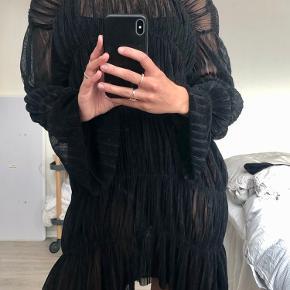 ZARA kjole, skal bruges med underkjole indenunder da den er gennemsigtig.  Der er et lille hul ved det ene ærme. Kan sende billede - det ses næsten ikke og kan nemt syes.  Se gerne mine andre annoncer 💛