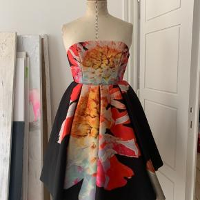 WOW!  Super fun and unique strapless poof skirt dress with oversized pop art flower print by H&M Trend. Never used (too small for me 😫). Back zip closure, size 36 but fits small. Any questions please ask!