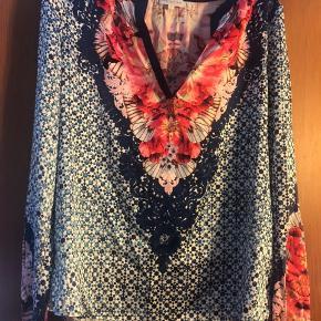 Sælger min smukkeste Dea bluse. Ren silke. Brugt få gange. Størrelse S men passer fra S til L. BYD egentligt dog ingen skambud, tak! :)