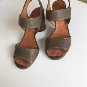Varetype: Sandaler Farve: Armygrøn Oprindelig købspris: 1600 kr.  Smart sandal med 8 cm hæl. Sidder godt på foden og let at gå i.