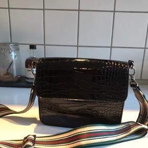 Hvisk taske og Beck Søndergaard rem, har også den originale rem. Brugt en del, men ingen tegn på slid! Kom med et bud :)