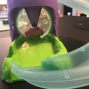 "LITTLE LIVE PETS elektronisk ""hamster"" der kan køre selv på rutsjebane og i hamsterhjul. Eksl. porto"