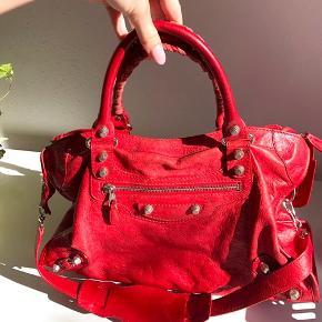 Jeg sælger min smukke Balenciaga City taske i rød med sølv hardware. Det er en super skøn taske. Den er brugt skånsomt, og da jeg har passet rigtig godt og givet den læderfedt regelmæssigt, står den i virkelig god stand. Den har en minimal vandskade til højre i bunden på bagsiden (se sidste billede i annoncen), men det ses ikke ved brug.   Dustbag og spejl medfølger.   Skriv endelig hvis du har spørgsmål.