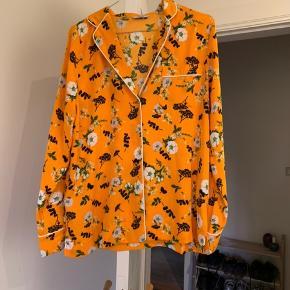 Sælger denne virkelig flotte orange skjorte med smukke blomster på fra Envii. Skjorten er brugt enkelte gange, og minder meget om samme materiale som en pyjamas.   Byd endelig🧡🧡  Fragt er 37kr med dao, og kommer oveni prisen