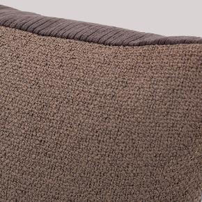Sælger denne fine Eve pillow fra Sofakompagniet. Den er to-farvet og kommer i stoffarverne Crete Brown og Sorrento dark plum. (Sorrento er fløjl-stof) Den måler 50x50 cm. og kommer med pudefyld.  Den er i fin stand.  Før pris er 299,00 kr.  Byd endelig.