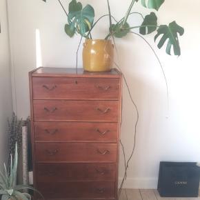 Fin kommode med 6 skuffer. Er bygget af bøgetræ (tror jeg), og beklædt med mørk finér, så det ligner teak/palisander.  Har nogen slid, når man nærstuderer, men står generelt pænt :)  Mål: 120x41x64 cm.