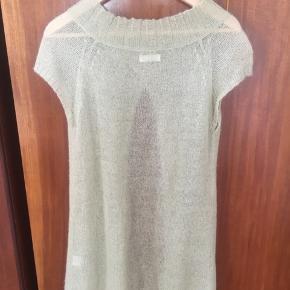 Fin trøje/tunika med åben mave i let strik.