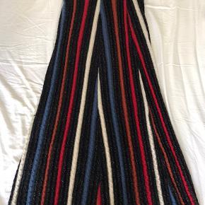 """Den perfekte efterårs nederdel!   Beskrevet fra & Other Stories: """"Midi length cable rib knit skirt with vertical stripes, metallic glitter fibers and an elastic waistband."""""""