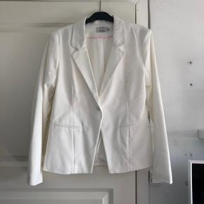 Hvid blazer fra mærket Kaffe i en størrelse 40. Er aldrig blevet brugt. Optimal til den kommende studentertid. Medfølger en ekstra knap Ny pris 600kr