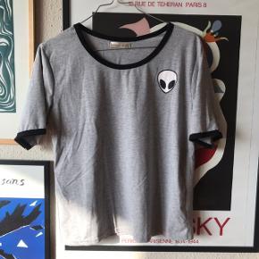 Grå t-shirt med alien 👽 str 42, men svarer mere til en M da den fitter tight ✌🏼 brugt en gang!   Bemærk - Sendes med DAO (38 kr), bytter ikke og sender ikke billeder med varen på ⭐️☺️