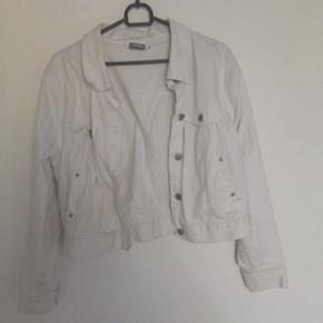 Den her fine denim jakke er købt i km mode for 840kr den er brugt så derfor sælges den billigt -BYD
