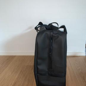 Sælger denne helt nye RAINS Luggage Bag i sort da det var et fejlkøb.  Np er 899,-