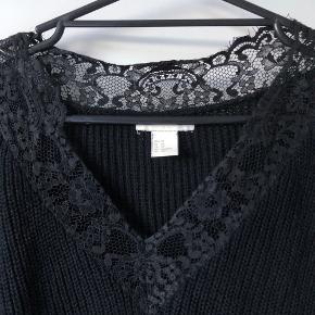 Sælger denne søde sweater fra H&M 😍  Den er oversize, så den passer helt sikkert større størrelser end XS. Den er super sød og fin!