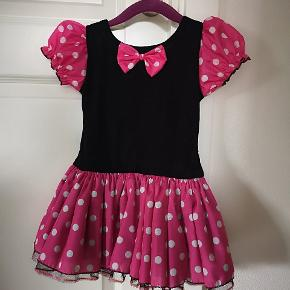 """Fin Minnie Mouse kjole med strutskørt, købt til fastelavn men blev ikke brugt. Nypris 125 kr. Bemærk at der er """"underbukser"""" i kjolen (se sidste billede). det hjælper med til at holde den fint på plads.   Passer str 98(104)  Fra røgfrit hjem. Afhentes 6710 Esbjerg."""