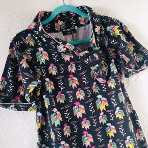 Margot kjole, købt brugt herinde men passer den desværre ikke. Købt som på billedet men er siden blevet gjort opmærksom på at modellen vist er født med et bælte. Dette medfølger desværre ikke.