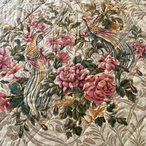 Meget smukt quiltet sengetæppe med textile fra Dedar.   Passer til en seng på 180 x 200 cm.  Har lange gardiner i samme textile