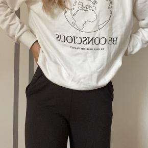 Den absolut lækreste sweatshirt!! •ALDRIG BRUGT ELLER VASKET•  Dette er den flotteste sweatshirt nogensinde. Mega lækker kvalitet!!  Det er en størrelse Small, og passer mig helt perfekt. Jeg er 163:)  Kontakt mig gerne:) Jeg er meget åben for bud
