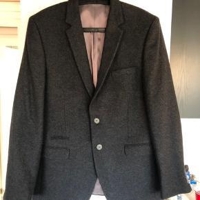 Sælger denne duffel and rums blazer i meget fin stand. 60% uld. Kommer ofte rundt i dk så bare skriv hvis du vil se den.