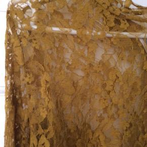 Ny pris   Varetype: Bluse Farve: Gylden Oprindelig købspris: 1200 kr.  Smuk blonde bluse som er carry farvet. Den har været på et par gange Sender via DAO