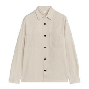 Skjorte fra Arket str 46/small. Brugt en enkel gang - stand som ny. Herreskjorte, men fungerer fint som unisex skjorte.  Kan afhentes på Nørrebro eller sendes med DAO. Nypris 650,-