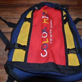 Flot rygsæk i smarte farver med gode detaljer. Er gået op i syningen i ene bæresele. Ses ikke når tasken er på ryggen. Størrelse: 30 x 37 cm Se også mine øvrige annoncer. Bytter ikke. (LT)